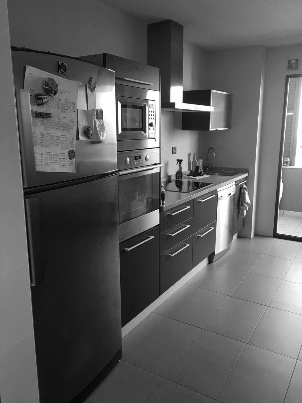 Estado previo de reforma de vivienda de estilo moderno con cocina americana