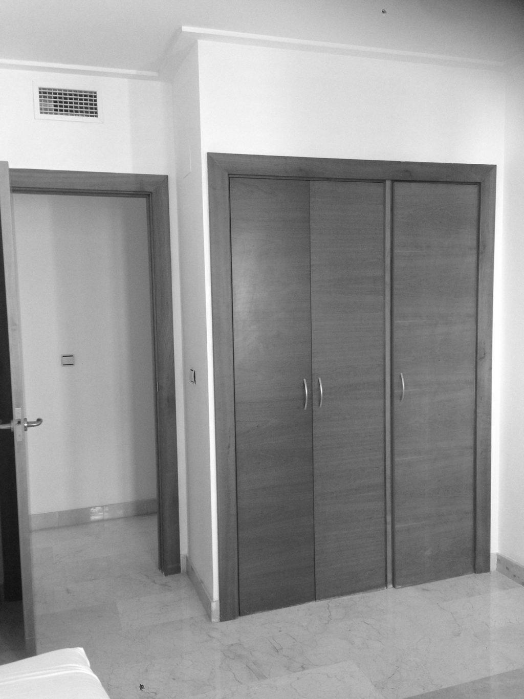 Reforma de vivienda con redistribución de espacios y decoración con materiales nobles y colores cálidos. Estado previo