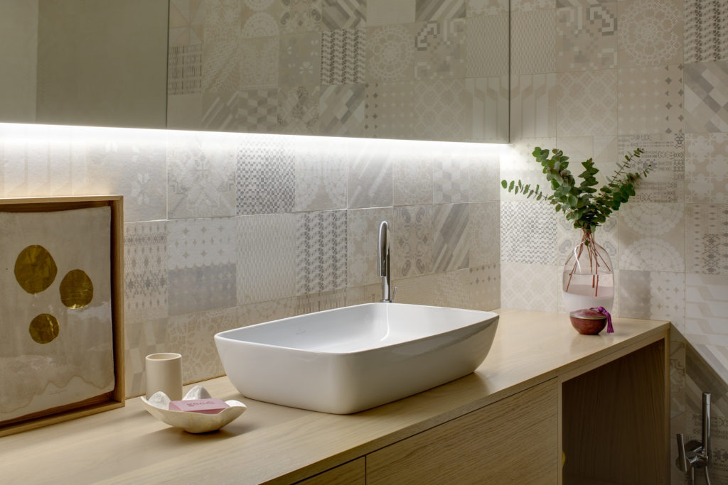 Reforma de vivienda con redistribución de espacios y decoración con materiales nobles y colores cálidos